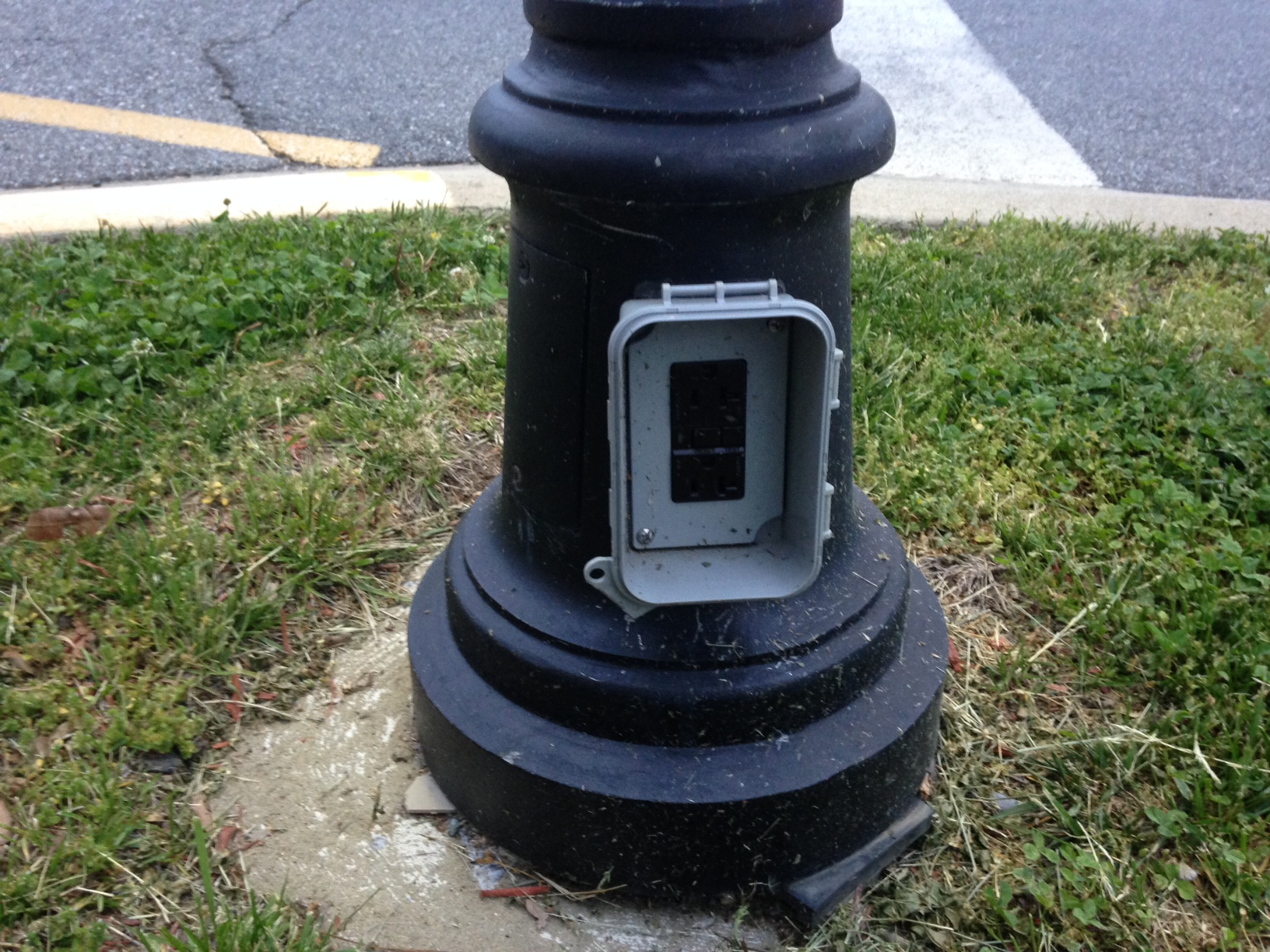 Outdoor Lamp Post With Outlet